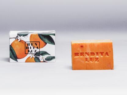 Savon orange amère de Séville, pétales de fleurs d'oranger, base lavante neutre, huile de noix de coco.Vegan et composé de 99% d'ingrédients naturels.