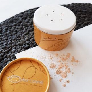 Poudre de soie matifiante Bio Couleur Caramel soyeuse et légère. Texture légère. Matifie le teint tout en fixant le maquillage pour la journée entière.
